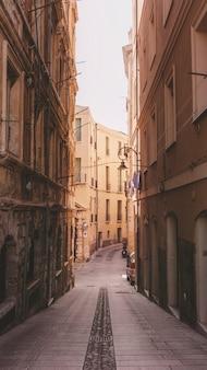Calle angosta en la ciudad de cagliari, italia