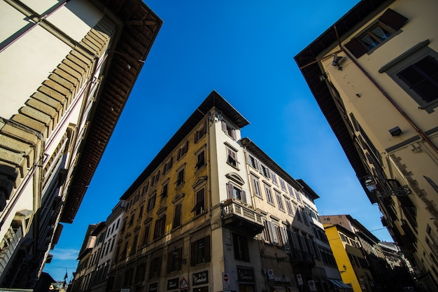 Calle angosta en florencia, toscana, italia. arquitectura y señal de florencia. acogedor paisaje urbano de florencia