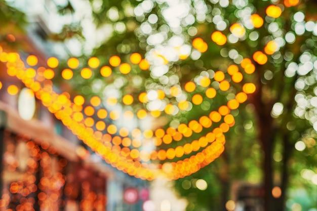 Calle borrosa con guirnaldas en la noche