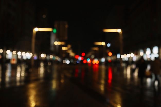 Calle borrosa por la noche