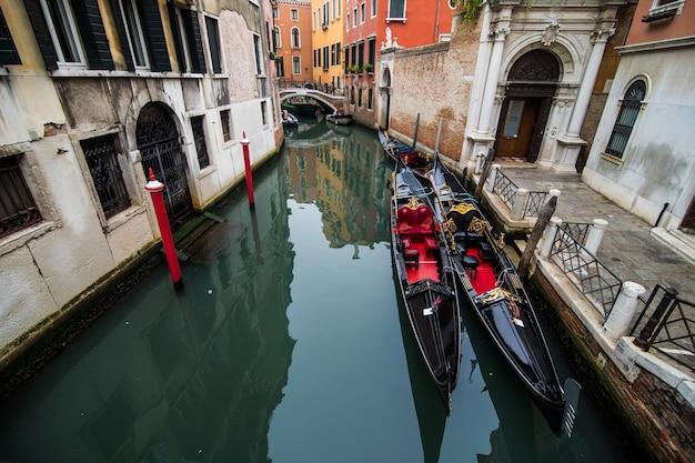 Calle del canal tradicional con góndola en la ciudad de venecia, italia