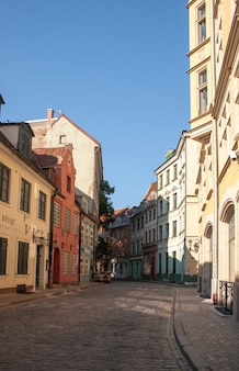 Calle del casco antiguo de riga, letonia