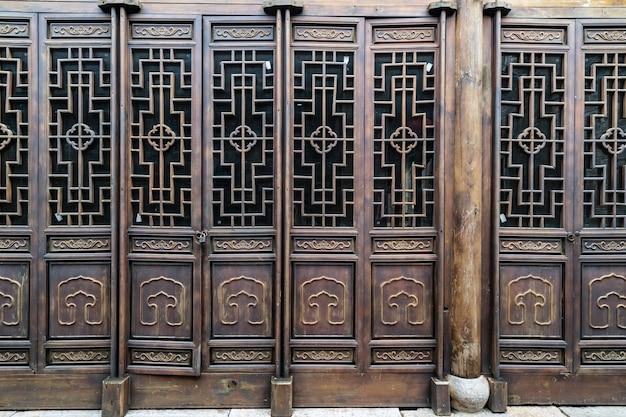 Calle de la ciudad antigua y puerta de madera nanjing china