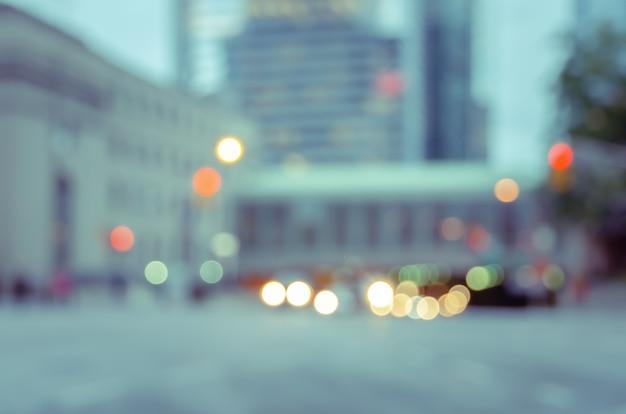 Calle de la ciudad borrosa con semáforos bokeh de fondo y edificios