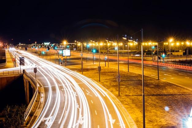 Calle de la ciudad brillantemente iluminada