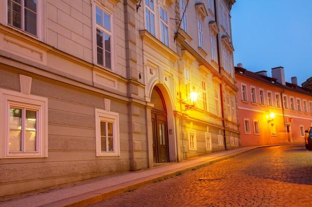 Calle colorida de mala strana en la noche, praga, república checa