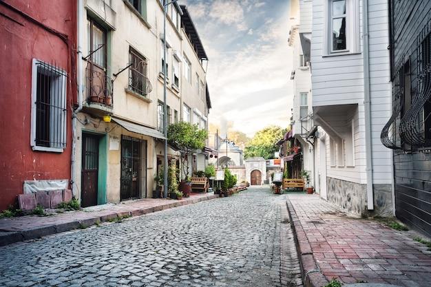 Calle estrecha bordeada de piedra