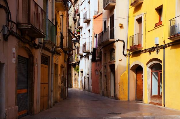 Calle estrecha en el casco antiguo. tarragona