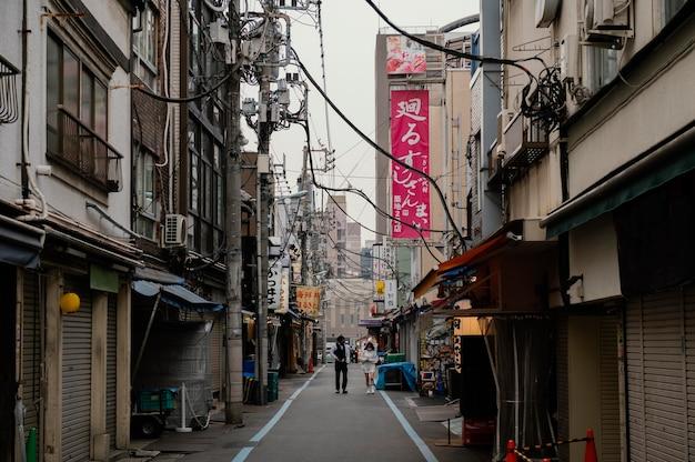 Calle estrecha y edificios de japón