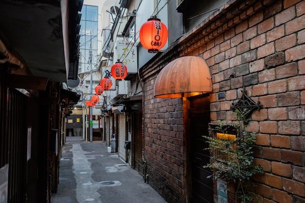 Calle estrecha de japón con linternas
