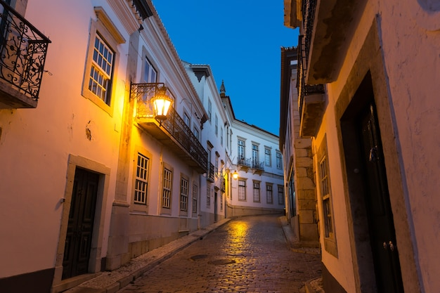 Calle estrecha de noche