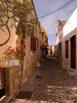 Calle estrecha en rhodes grecia