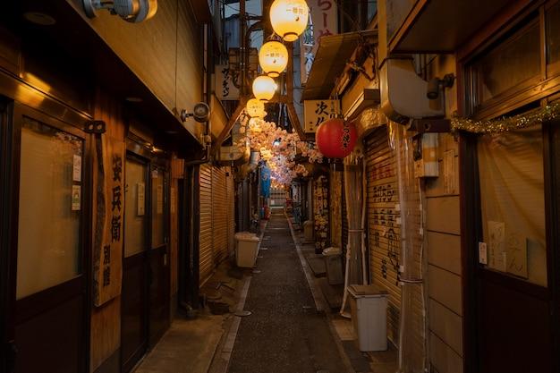 Calle estrecha vacía con luces