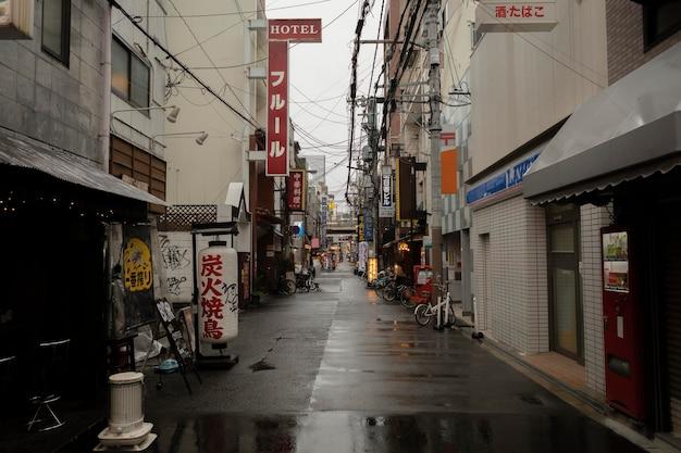 Calle de japón después de la lluvia con edificios.