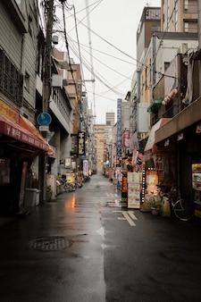 Calle de japón después de la lluvia con tiendas