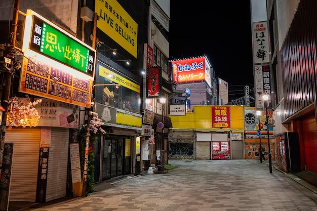 Calle de japón con tiendas y carteles.