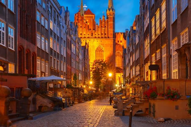 Calle mariacka en el casco antiguo de gdansk, polonia