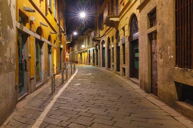 Calle medieval en la noche en milán, lombardia, italia