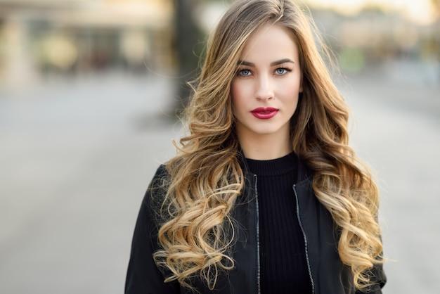 Calle de la moda estilo de pelo hermosa chica