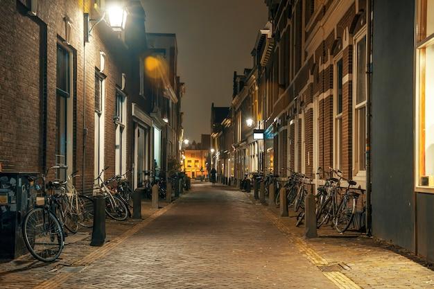Calle de noche con bicicletas aparcadas