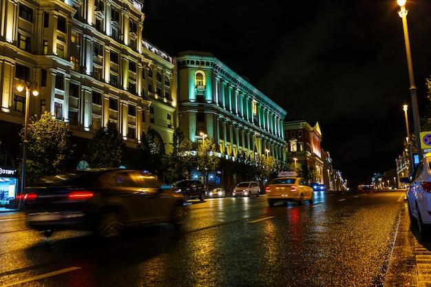 Calle de la noche de la ciudad