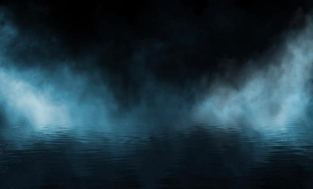 Calle oscura, asfalto mojado, reflejos de rayos en el agua.