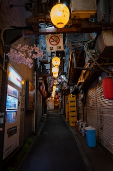 Calle vacía con luces vista urbana.