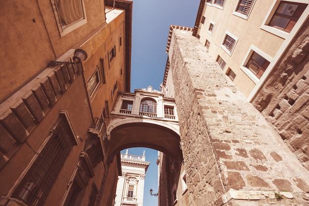 Calle vieja en la antigua roma, italia.