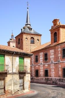 Calle vieja cerca de la iglesia de oidor en alcalá de henares, españa