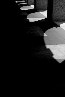 Callejón oscuro con sombras de arco