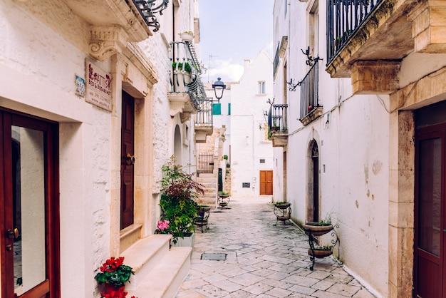 Calles con casas con paredes encaladas de la típica ciudad italiana de locorotondo.