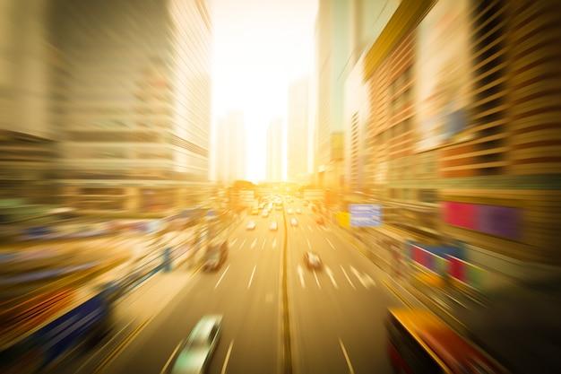 Las calles y el coche de la ciudad.