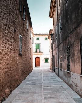 Calles estrechas en el norte de mallorca, españa.
