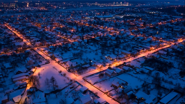 Calles iluminadas de los suburbios