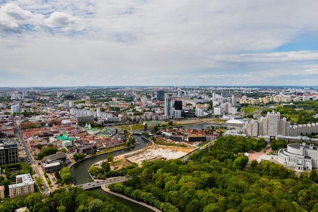 Las calles de minsk a vista de pájaro. el casco antiguo de la ciudad de minsk desde una altura. bielorrusia.