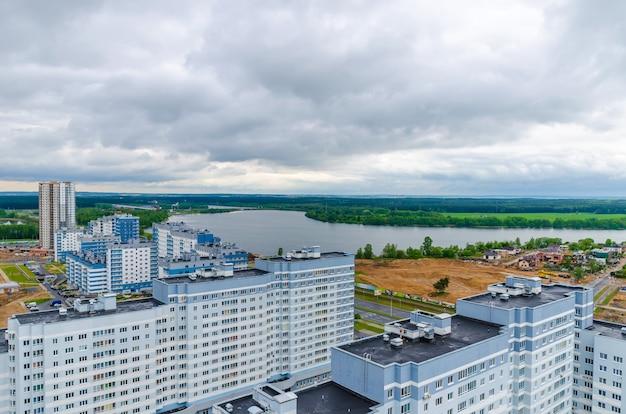 Calles de minsk desde una vista panorámica. vuelo de un cuádrupter.