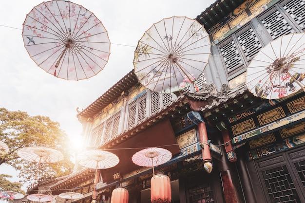 Calles y paraguas en la antigua ciudad de zhoucun