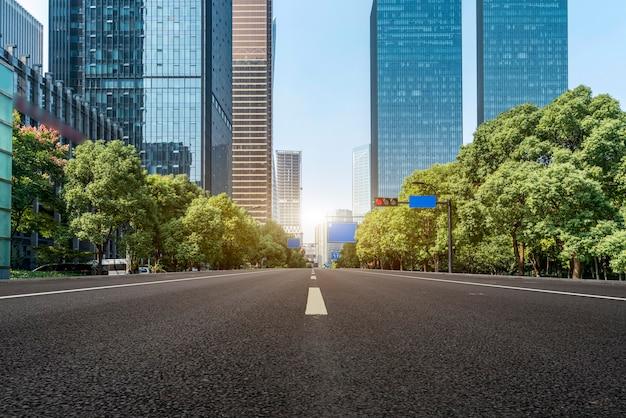 Calles urbanas y arquitectura moderna