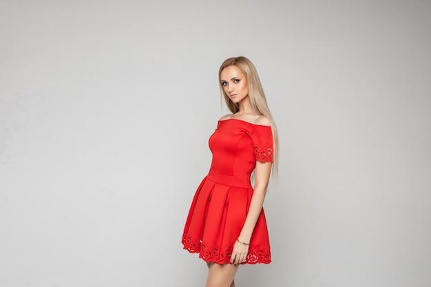 Calma mujer caucásica rubia posando en blanco