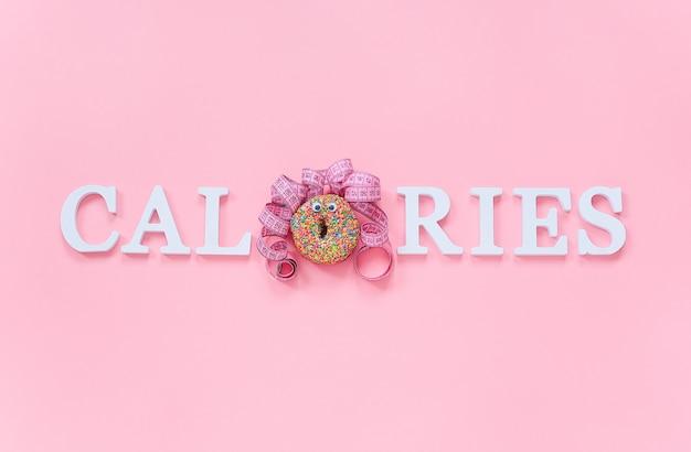 Calorías de texto de letras de volumen y cara divertida abstracta de mujer de donut con ojos y cabello de cinta de centímetro