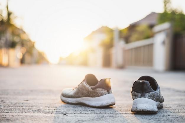 Calzado deportivo en el fondo de la calle.metaphor fitness y ejercicio concepto ejercicio salud estilo de vida muscular con cuidar su salud copia para publicidad