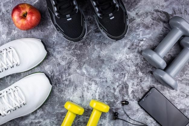 Calzado deportivo con teléfono, auriculares y mancuernas