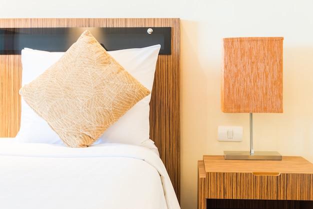 Cama de almohada en habitación de hotel de lujo