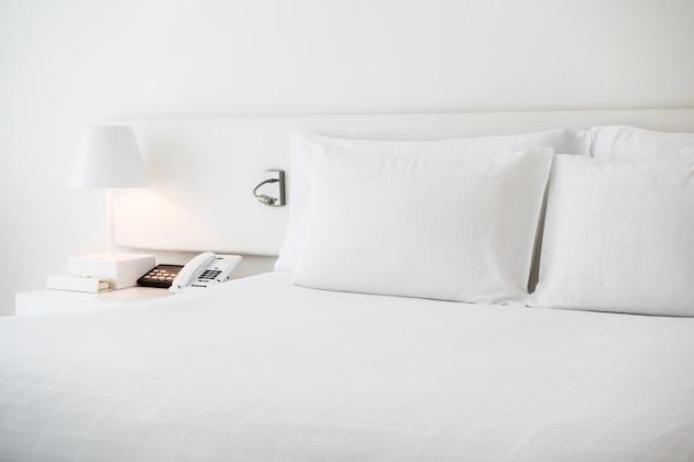 Cama blanca con almohadas blancas
