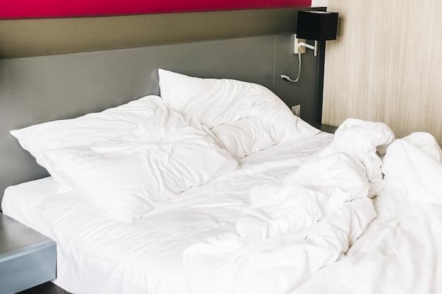 Cama cómoda con las sábanas arrugadas