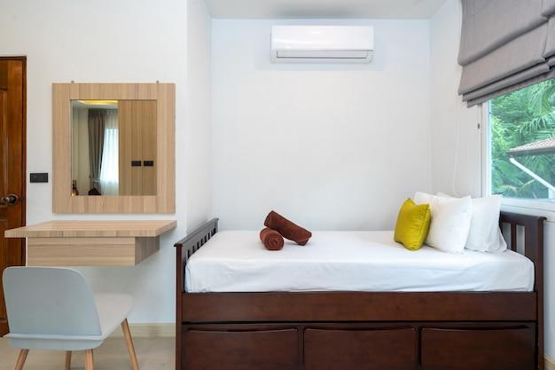 Cama de día en el dormitorio con tocador
