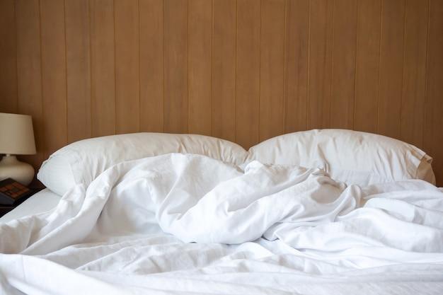 Cama sin hacer. concepto de tiempo de relajación en la mañana.