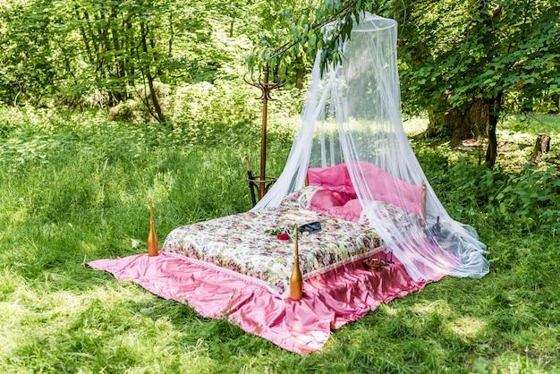 Cama en jardin para enamorados