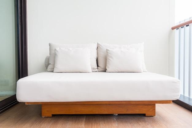 Cama de matrimonio con almohadas blancas