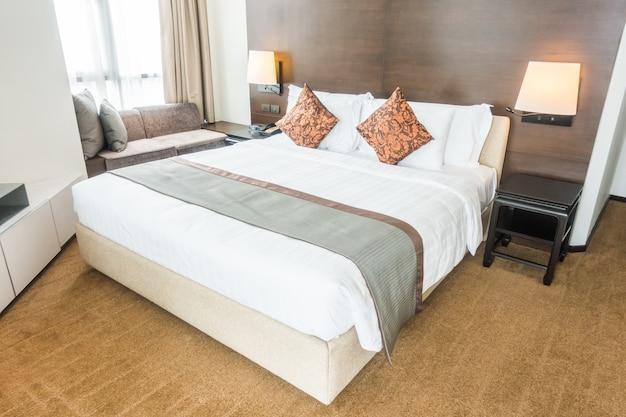 Cama de matrimonio con almohadas
